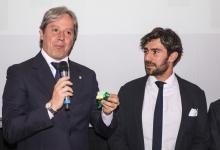Cilia riceve il premio dal Presidente CRA Trefoloni