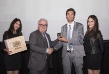 Guarnieri riceve il premio dal Componente del CN Perinello